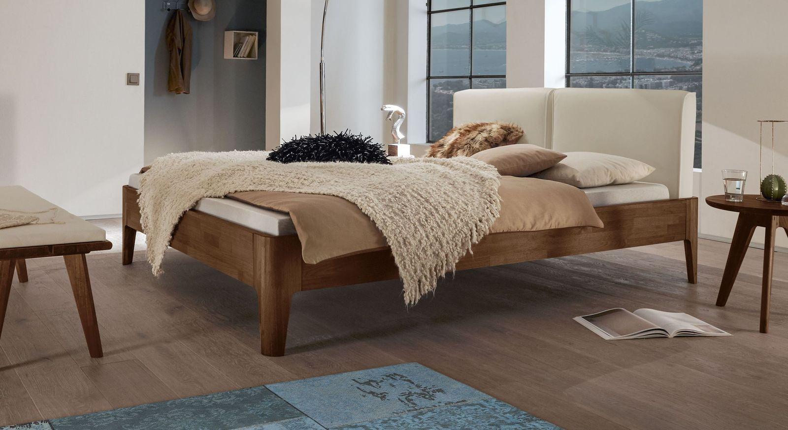 Bett Gori aus Nussbaumholz mit beigem Kopfteilpolster
