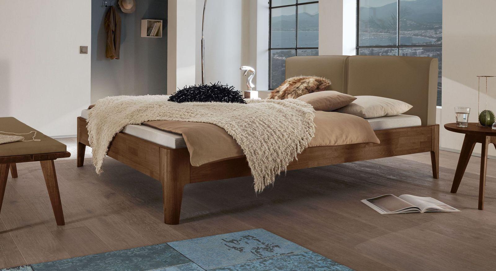 Bett Gori aus Nussbaumholz mit hellbraunem Polsterkopfteil