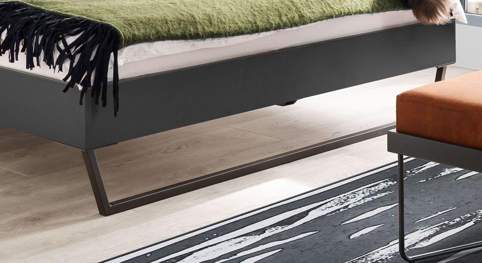 Bett Granola mit stilvollen Metallkufen