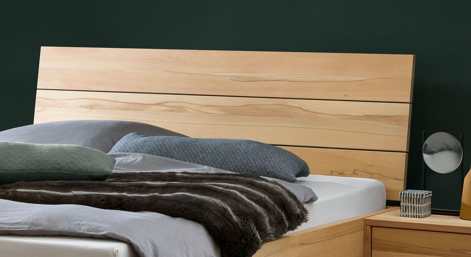 Bett Grimar mit komfortablen Kopfteil aus Massivholz