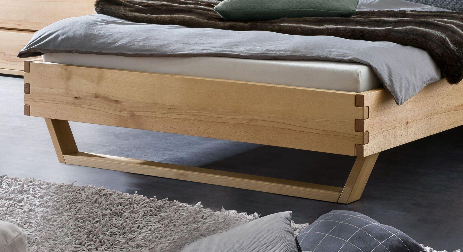 Bett Grimar aus Wildbuche mit modernen Kufen