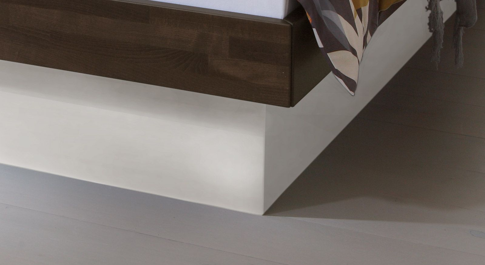 Das Bett Grosseto mit Sockel aus Dekorholz