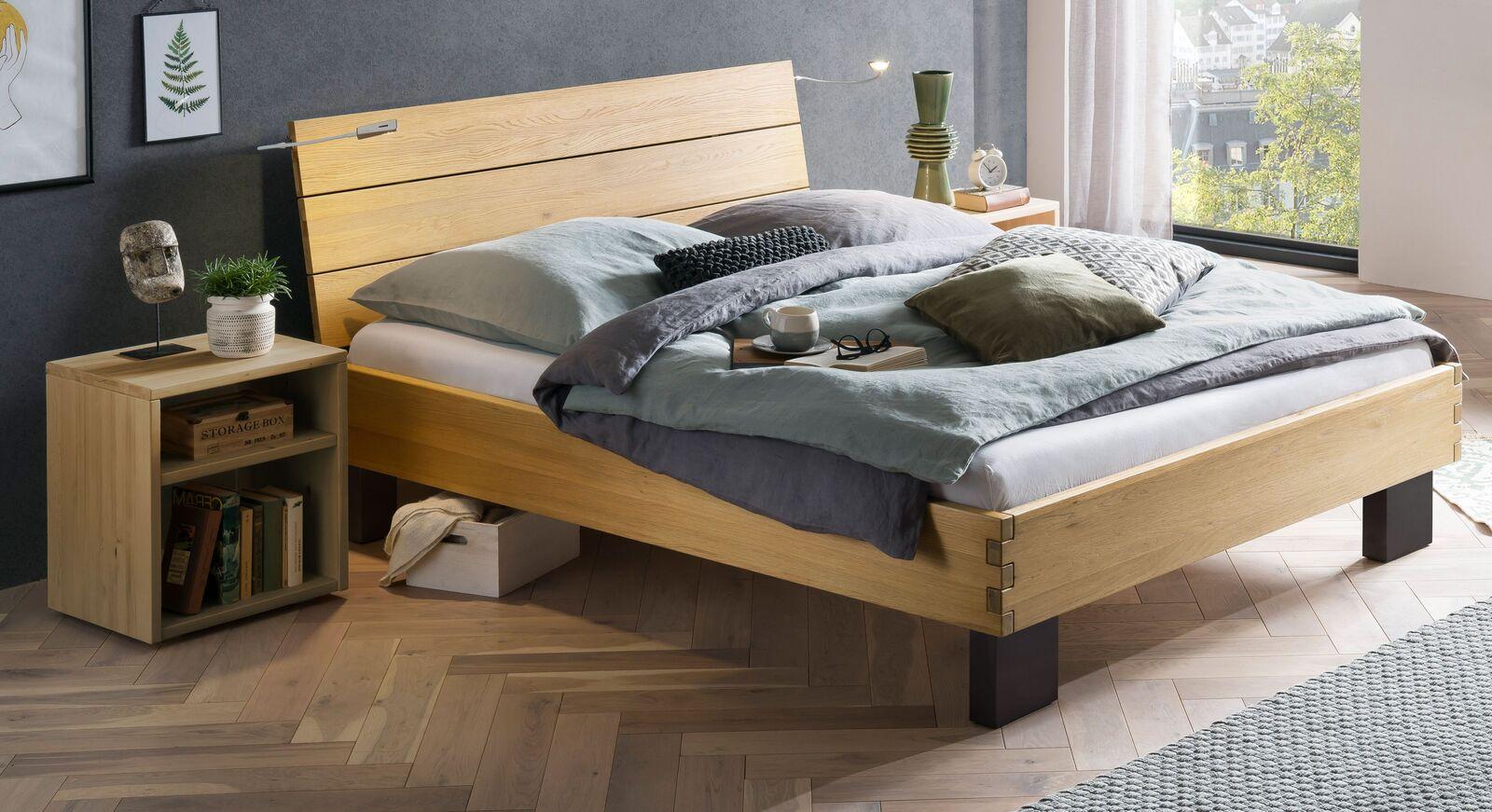 Bett Hamar aus Wildeiche Massivholz