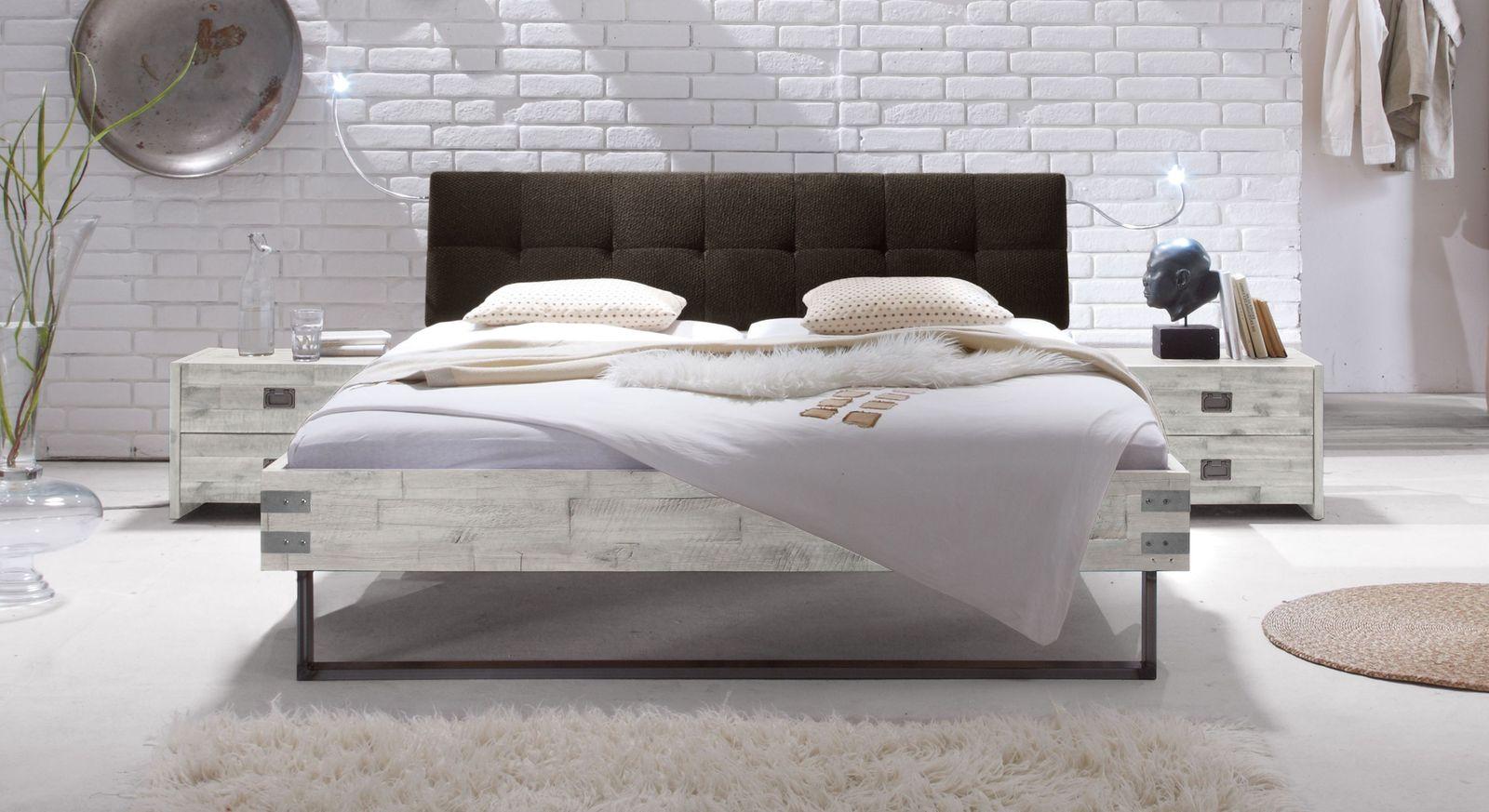 Bett Hamina aus weißer Akazie mit dunkelbraunem Kopfteil