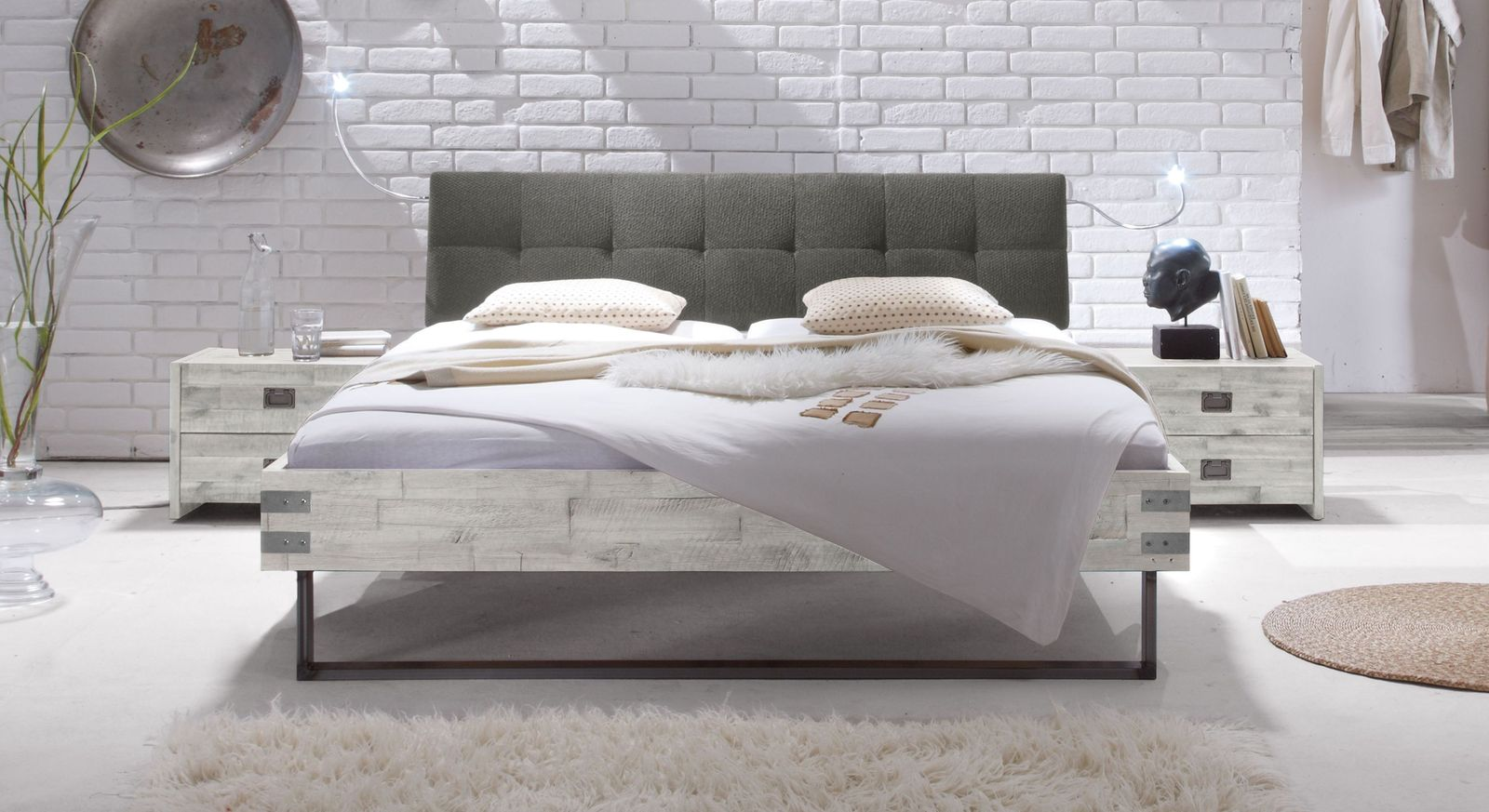 Bett Hamina aus weißer Akazie mit grauem Kopfteil
