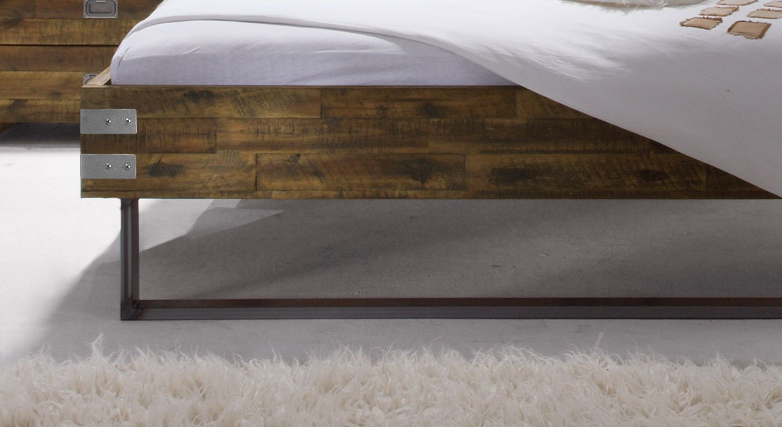 Bett Hamina mit Metallkufen am Fußbereich