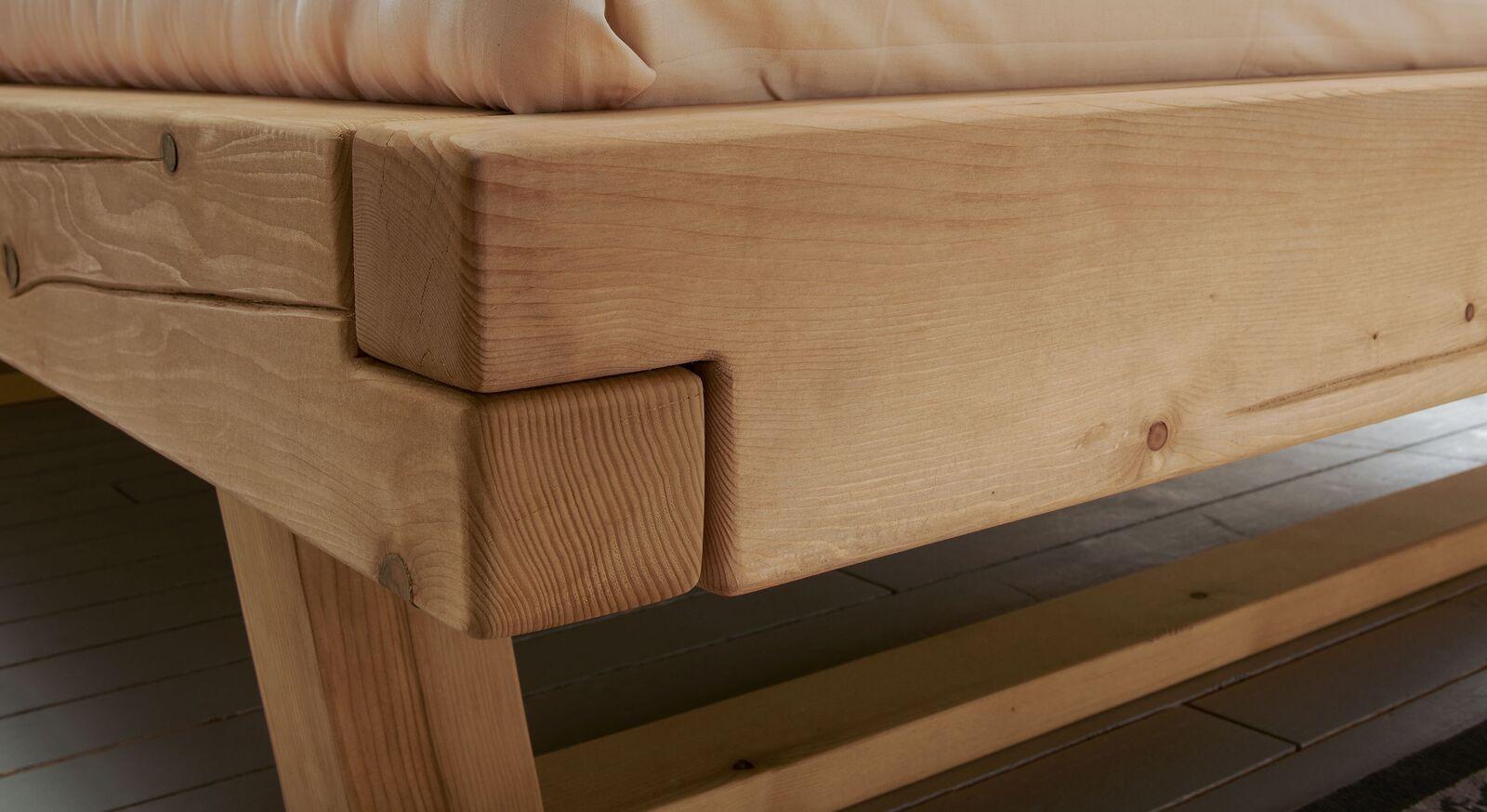 Holzbett mit gestecktem Holzbettrahmen