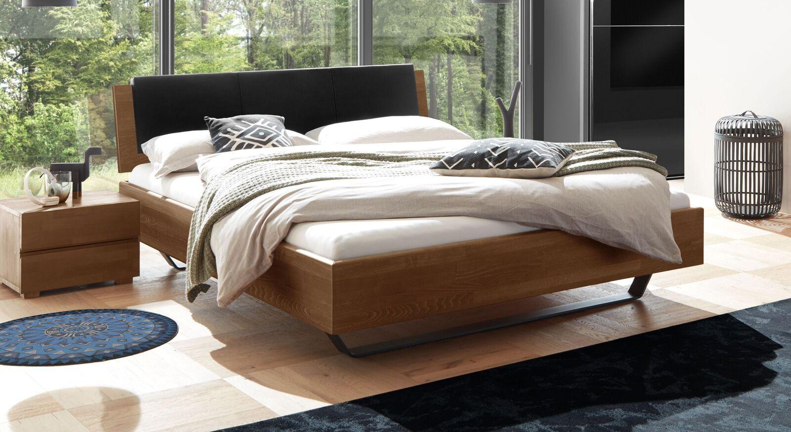 Bett Honoka aus naussbaumfarbenem Buchenholz