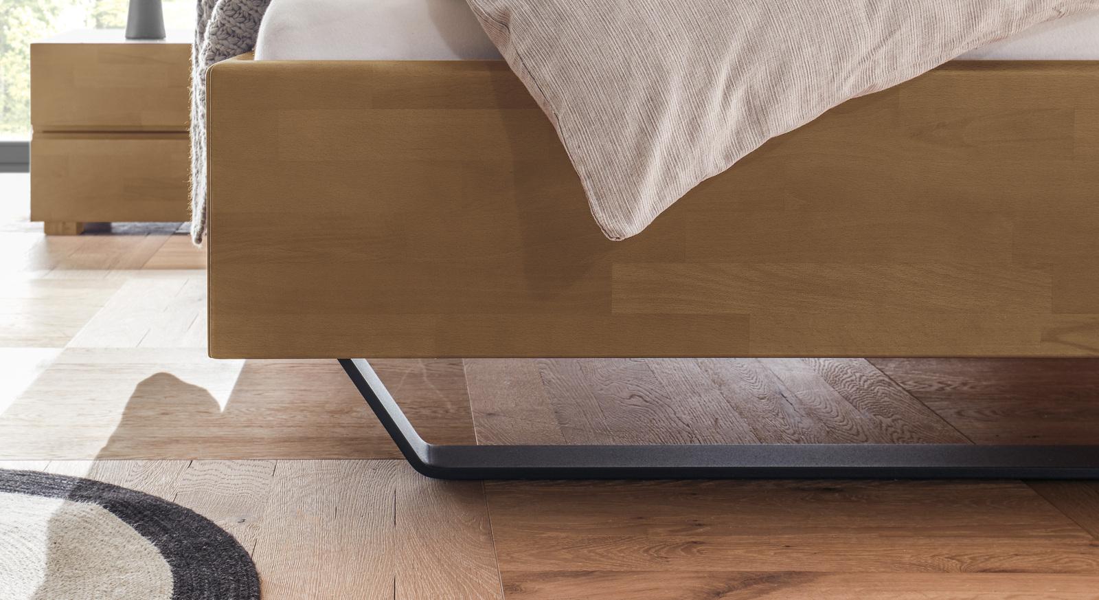 Modernes Bett Honoka mit rustikalen Metallkufen
