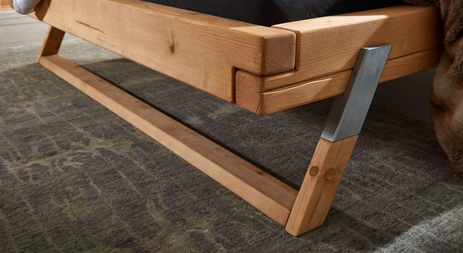 Bett Ikast mit Kufe aus Fichtenholz und Metall