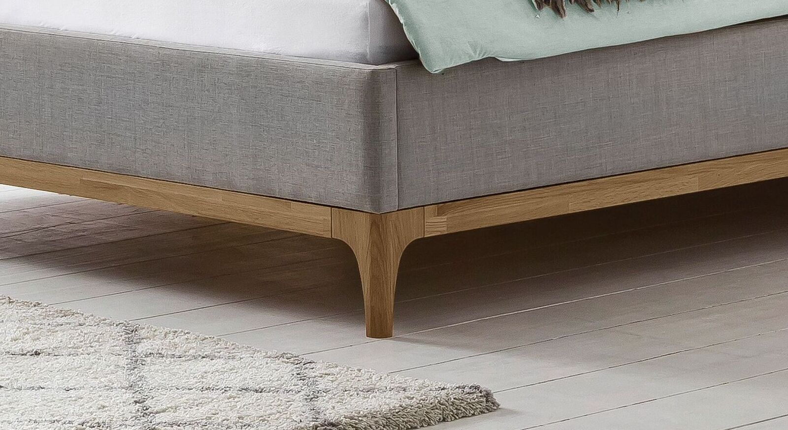 Bett Ilmatar mit schmalem Holzrahmen