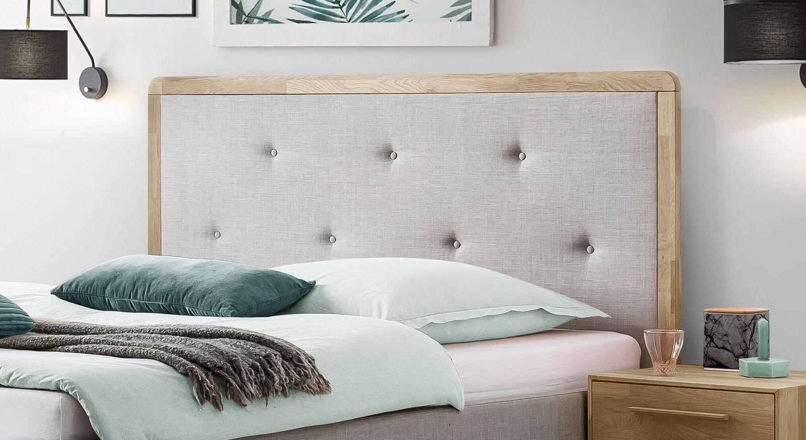 Modernes Bett Ilmatar mit Knopfheftung am Kopfteil