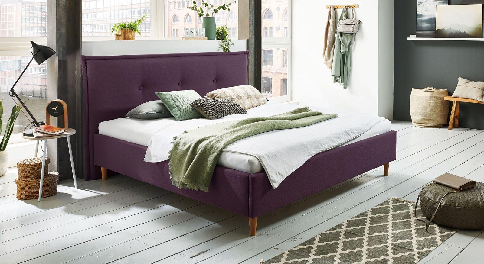 Bett Indore mit hochwertigem Webstoff in Beere