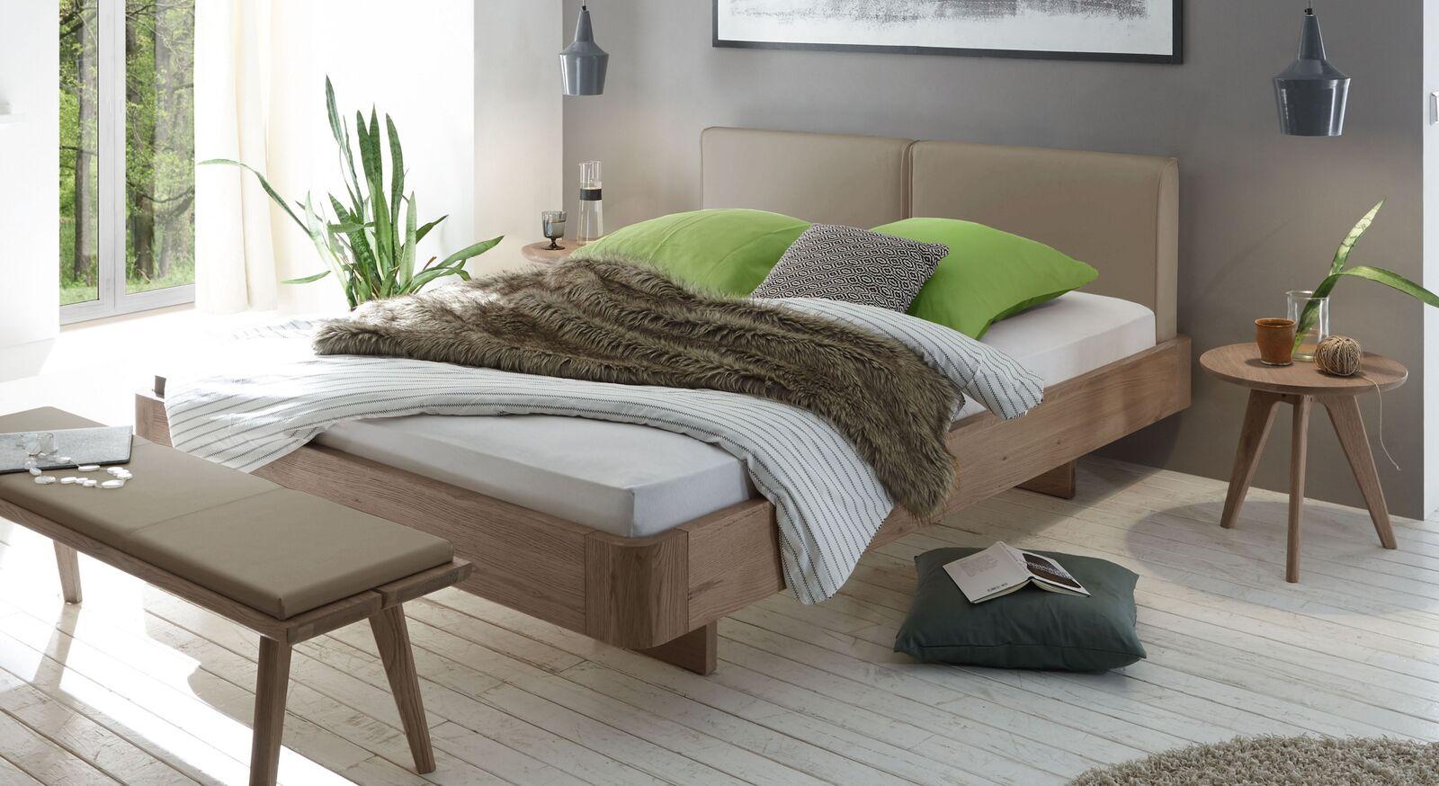 Bett Inesis mit beigebraunem Kopfteil