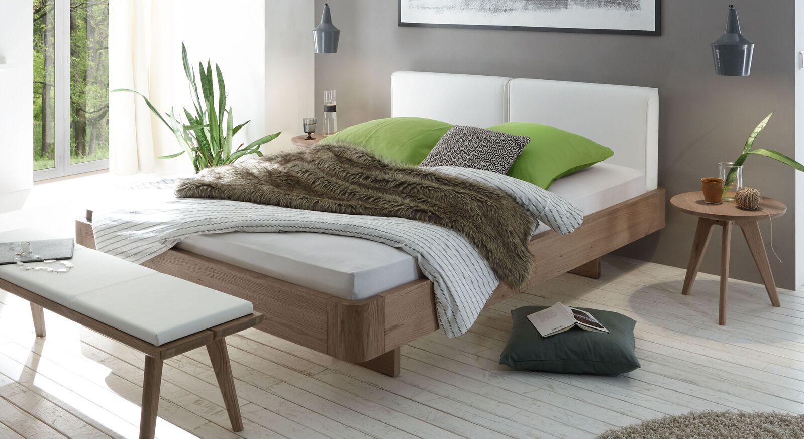 Bett Inesis mit weißem Kopfteil
