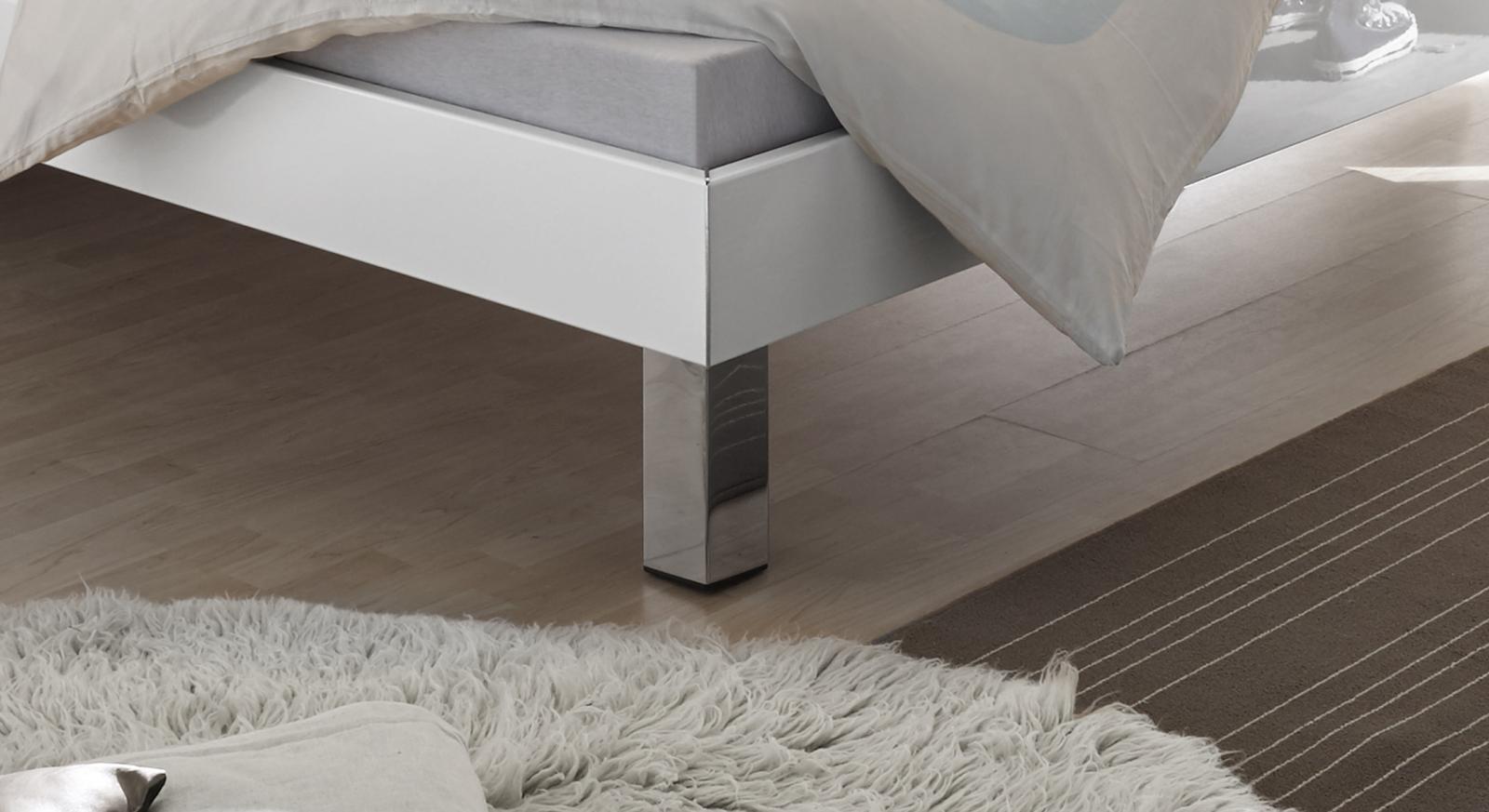 Bett Kamea mit verchromten Metallfüßen