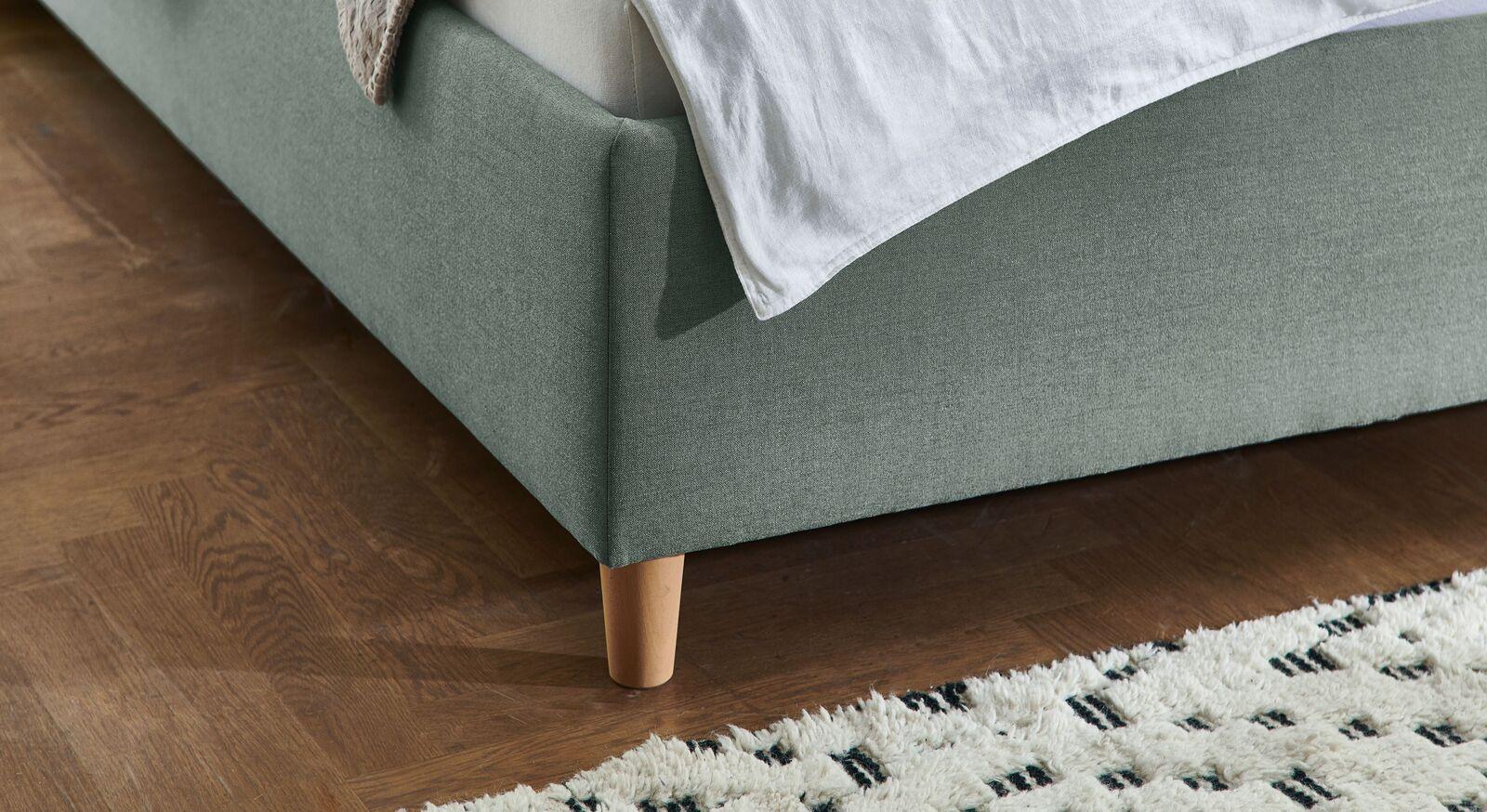 Bett Kannur mit konischen Füßen aus Buche