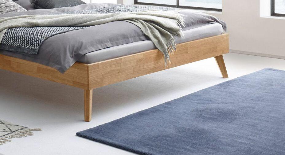 Bett Kantil mit ausgestellten Retro-Bettbeinen