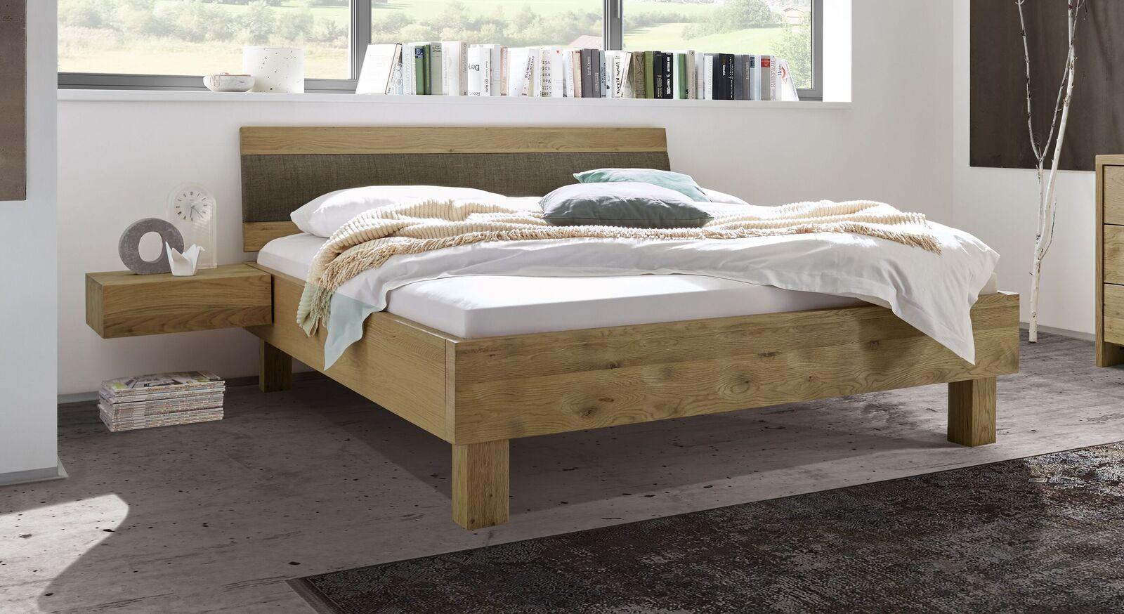 Bett Karvel mit rustikaler Relief-Oberfläche