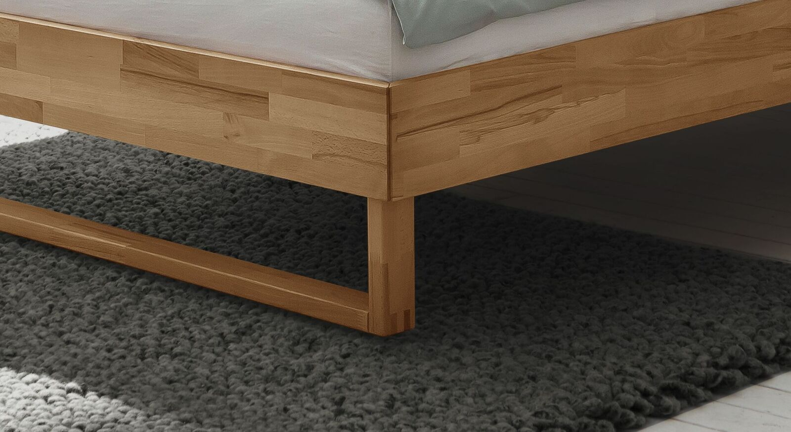 Bett Kian mit modernen Holzkufen
