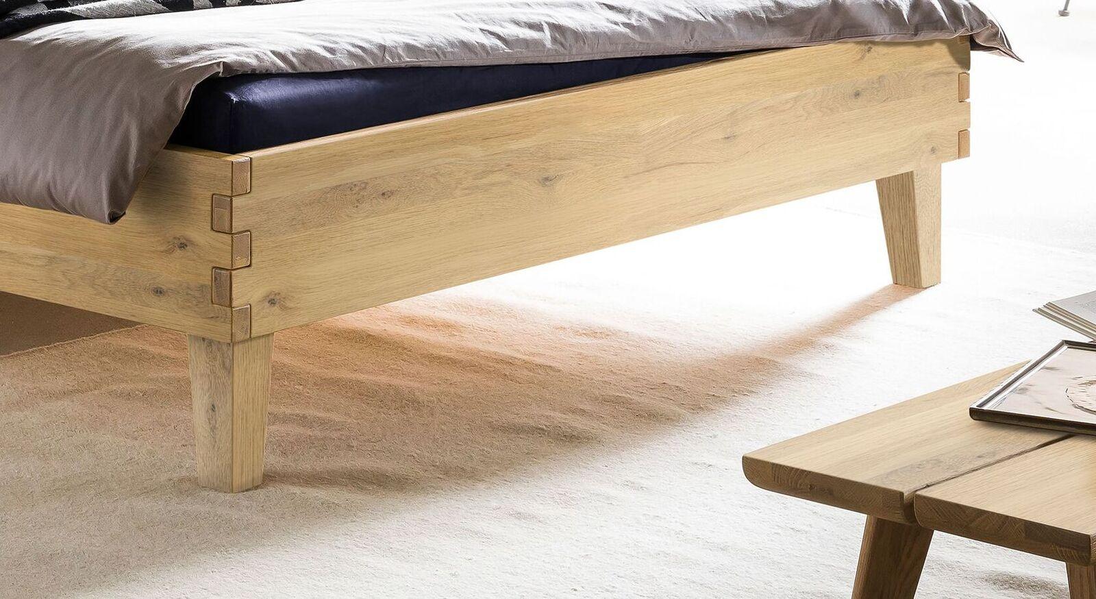 Bett Kiljan mit robusten Holzfüßen
