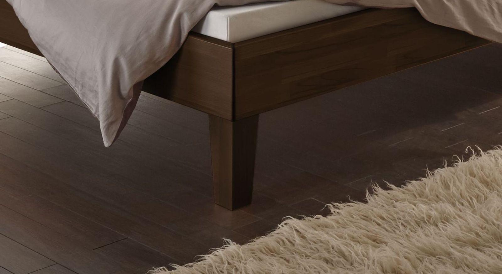 Bett Laredo mit schlanken Holz-Bettbeinen