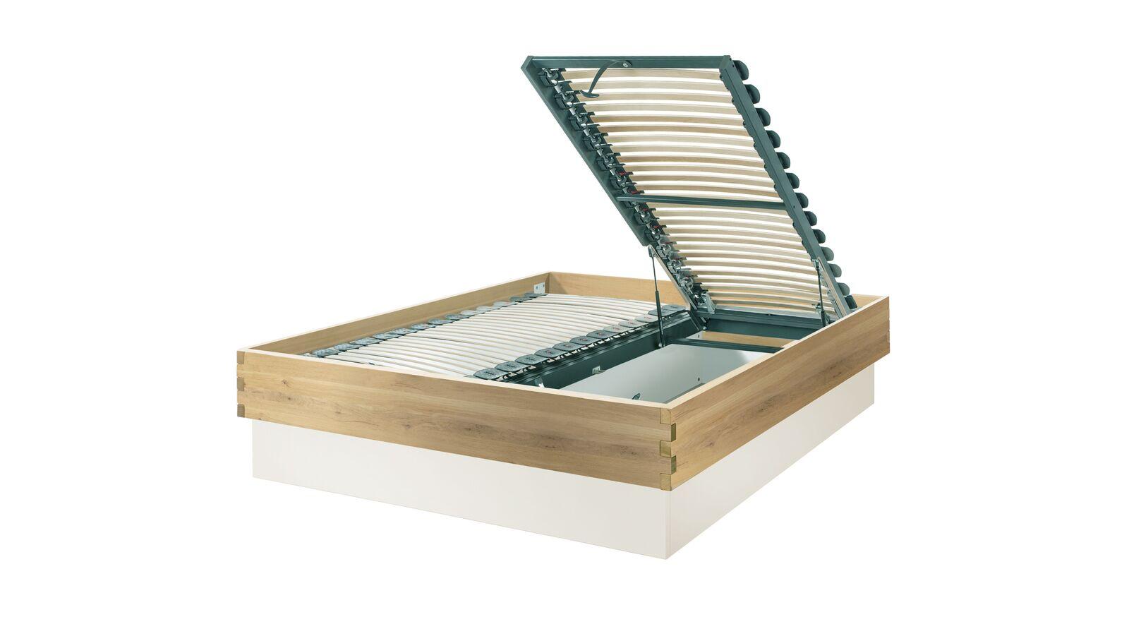 Bett Larus aus Massivholz mit Lastenrost-Öffnung am Fußende