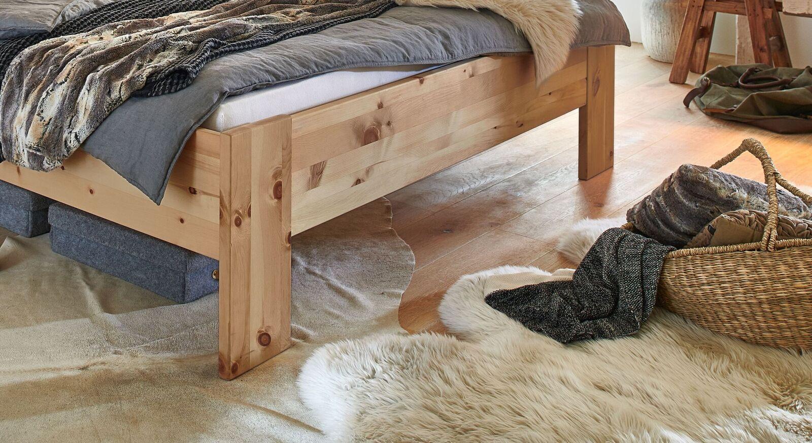 Bett und Liege Tosa mit breitem Holzrahmen