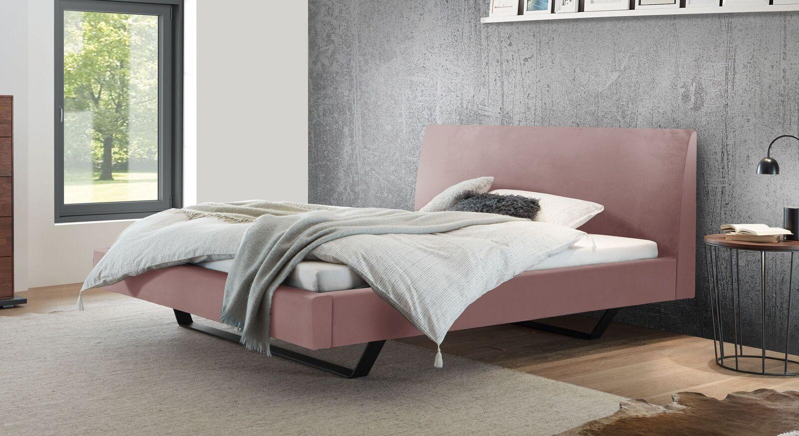 Bett Lieven mit blushfarbenem Samtbezug