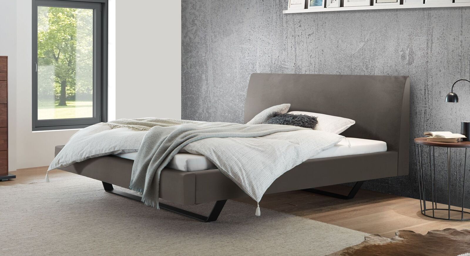 Bett Lieven mit grauem Samtbezug