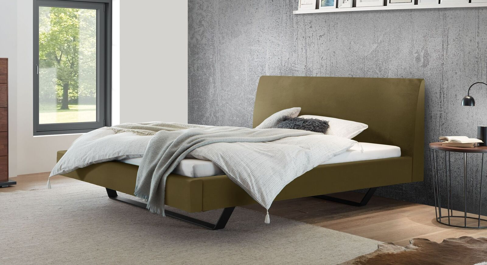 Bett Lieven mit khakifarbenem Samtbezug
