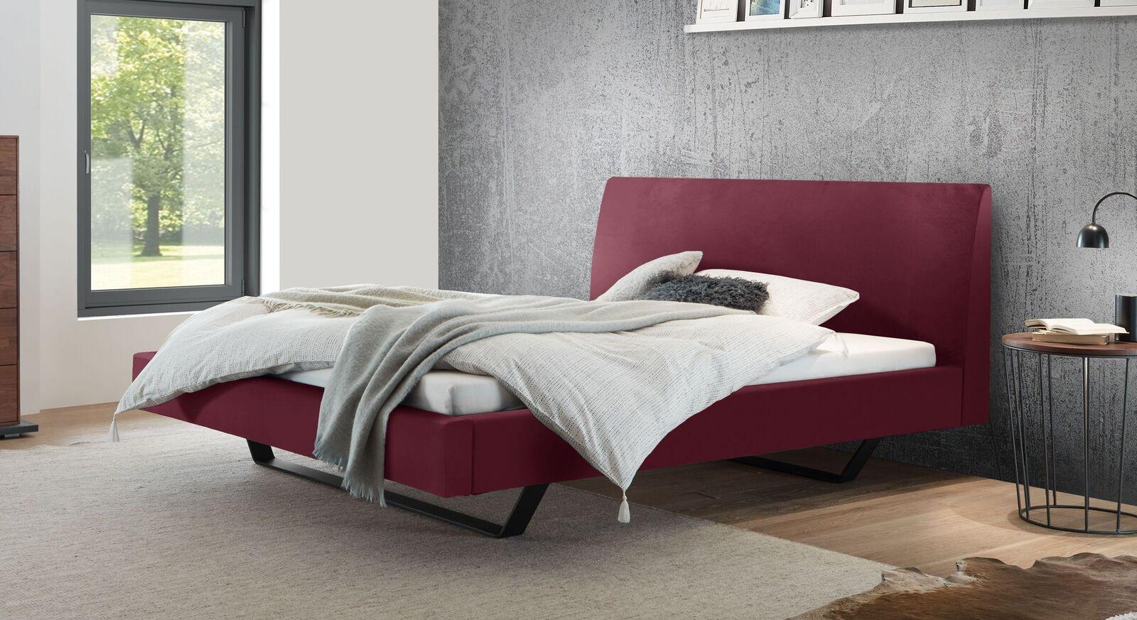 Bett Lieven mit rubinfarbenem Samtbezug