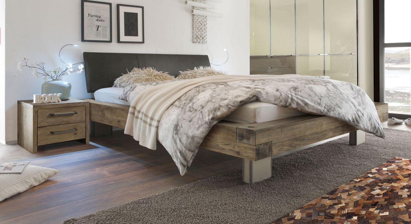 Holzbett Limeira in Terrabraun mit anthrazitfarbenem Luxus-Kunstleder
