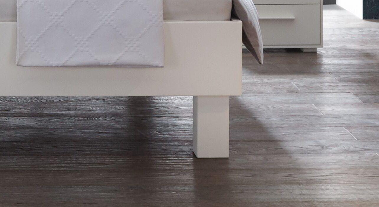 Bett Linnea mit klassischen Holzfüßen