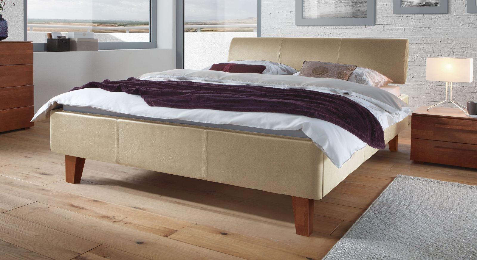 Beigefarbenes Bett Lopo mit kirschbaumfarbigen Buchenfüße
