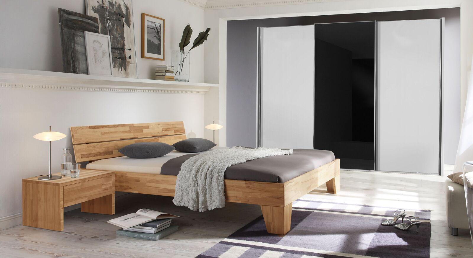 Bett Louvera mit passender Schlafzimmerausstattung