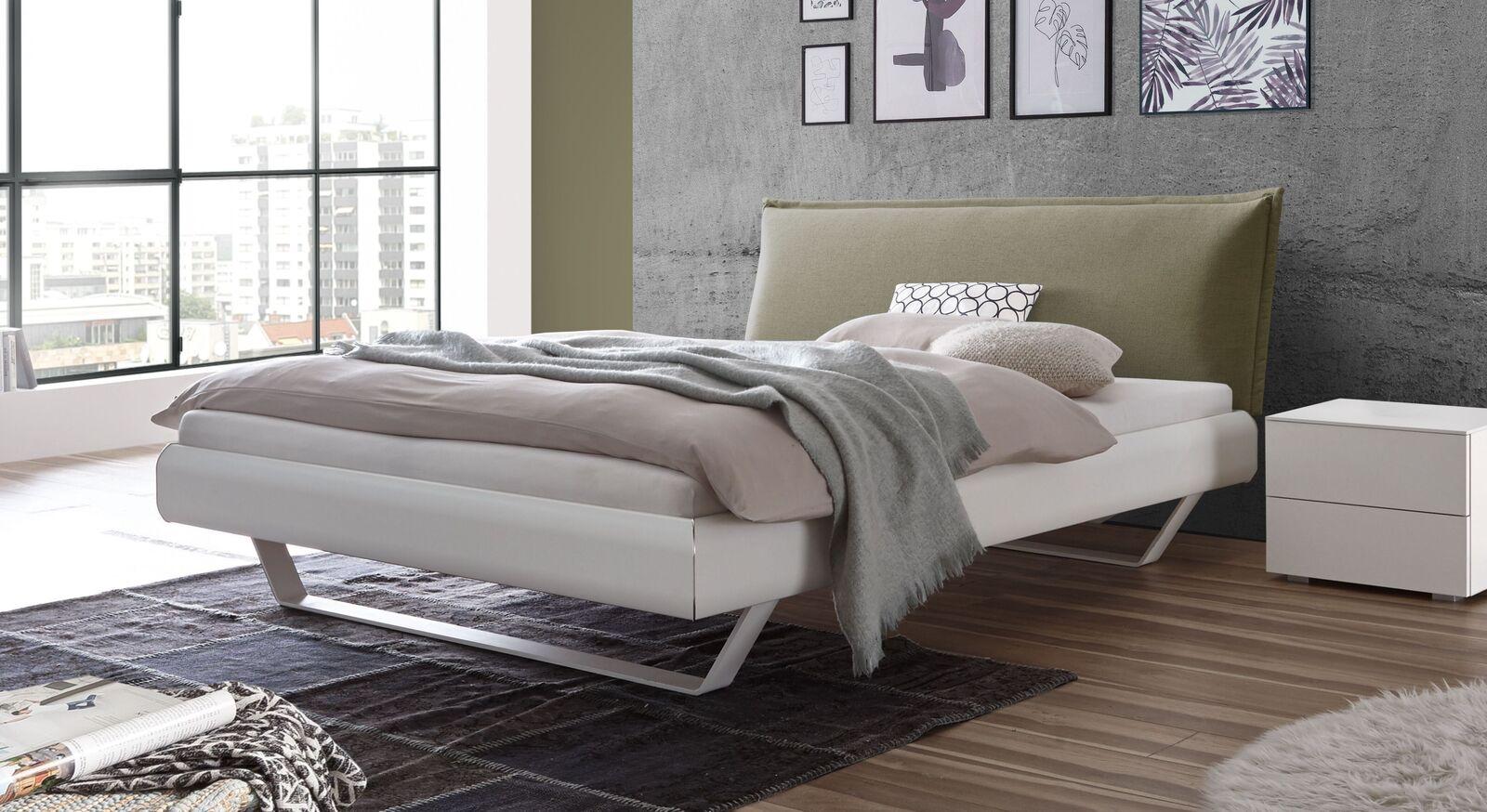Bett Lukava in trendigem Materialmix