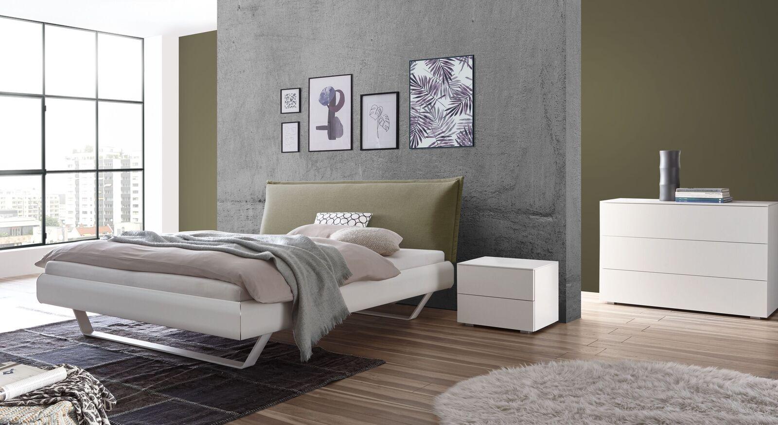 Bett Lukava mit weißen Beimöbeln