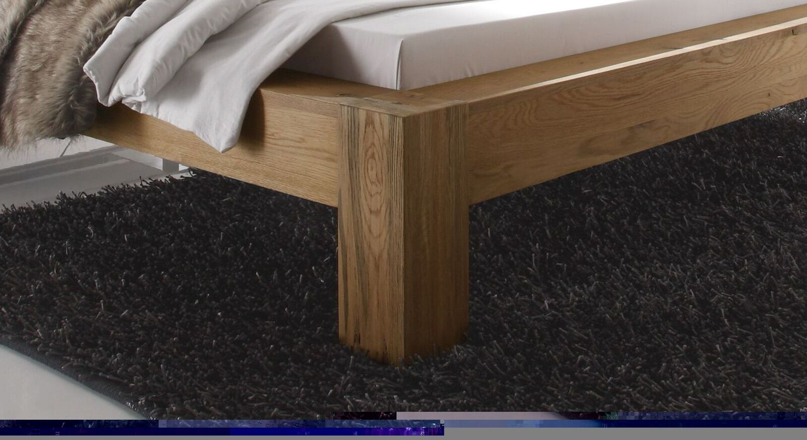 Bett Maia aus robustem Wildeichenholz