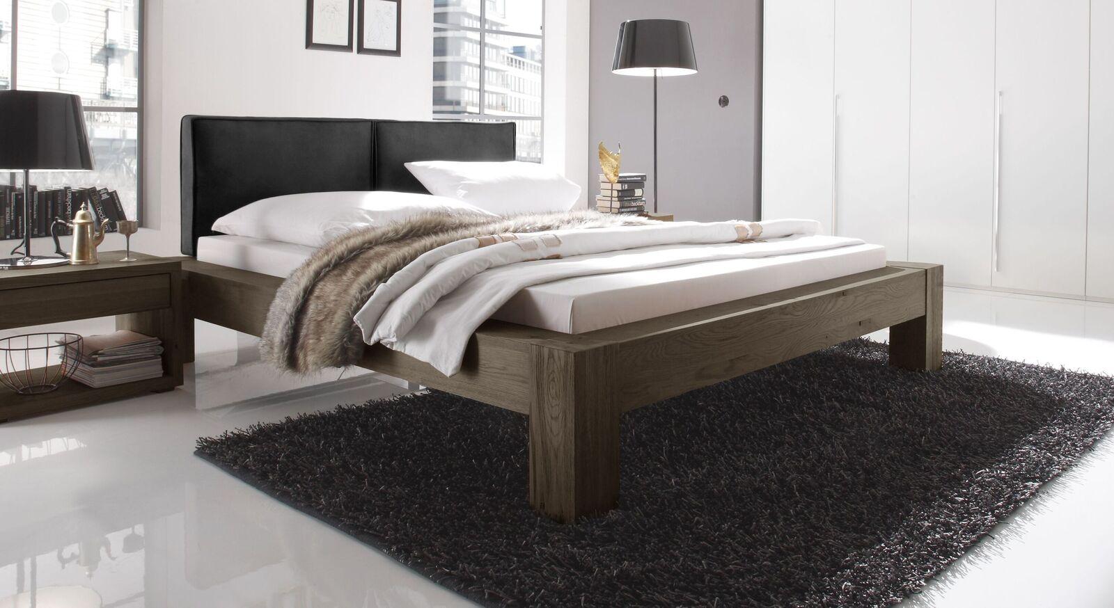 Bett Maia aus coffeefarbenem Wildeichenholz und schwarzem Kopfteil