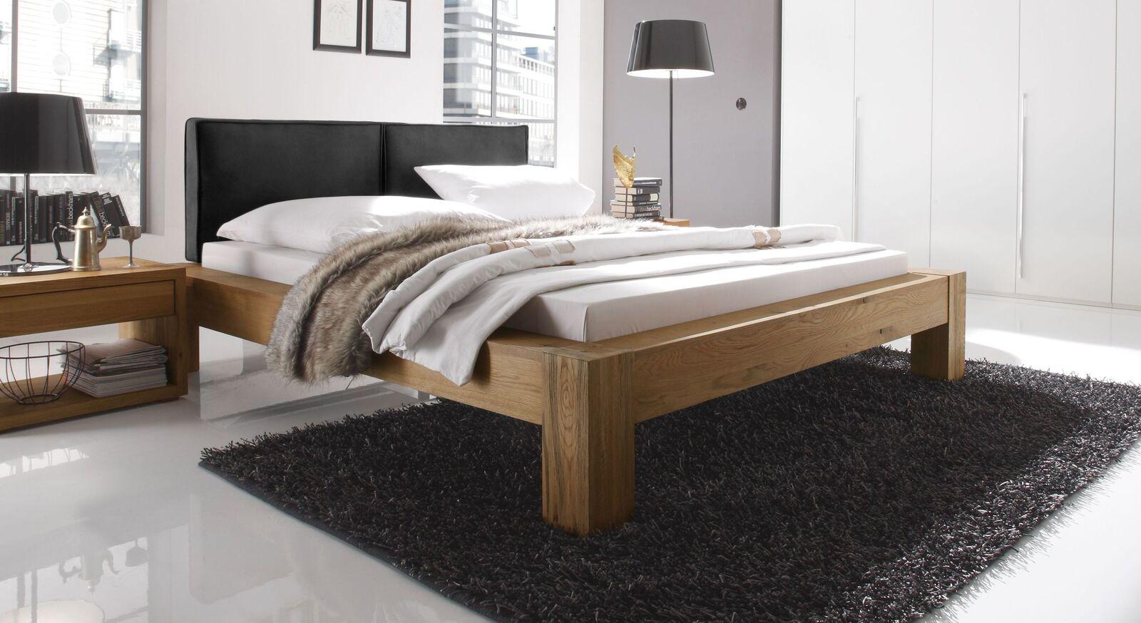 Bett Maia aus naturfarbenem Wildeichenholz und schwarzem Kopfteil