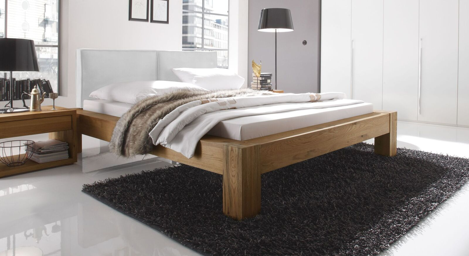 Bett Maia aus naturfarbenem Wildeichenholz und weißem Kopfteil