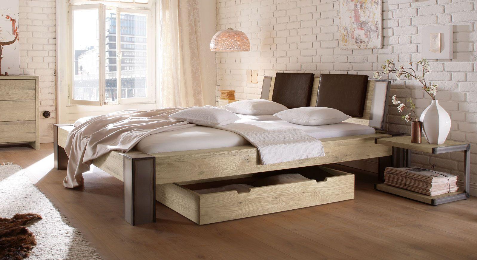 Bett Mallero mit maronefarbenen Einsteck-Kissen in Wildeiche weiß