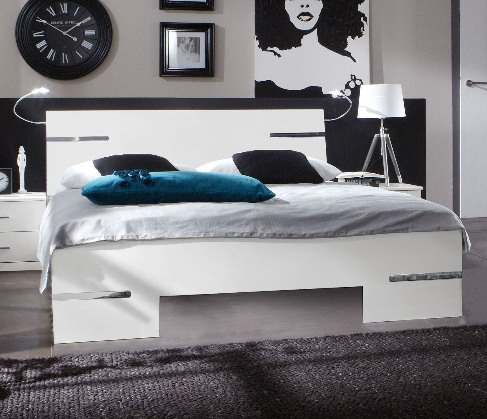 wei es futonbett mit verchromten zierleisten manati. Black Bedroom Furniture Sets. Home Design Ideas