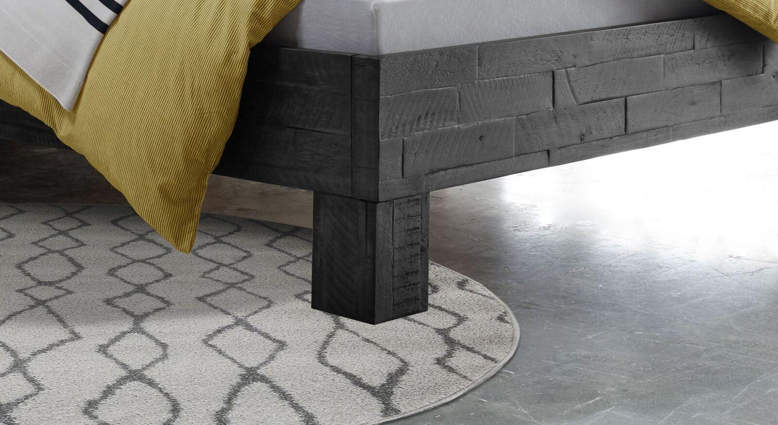 Bett Markos mit rustikalen Blockfüßen