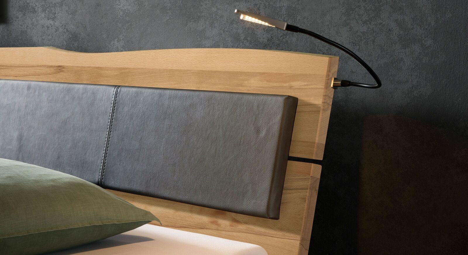 Bett Maseru aus Wildbuche-Holz mit natürlicher Maserung