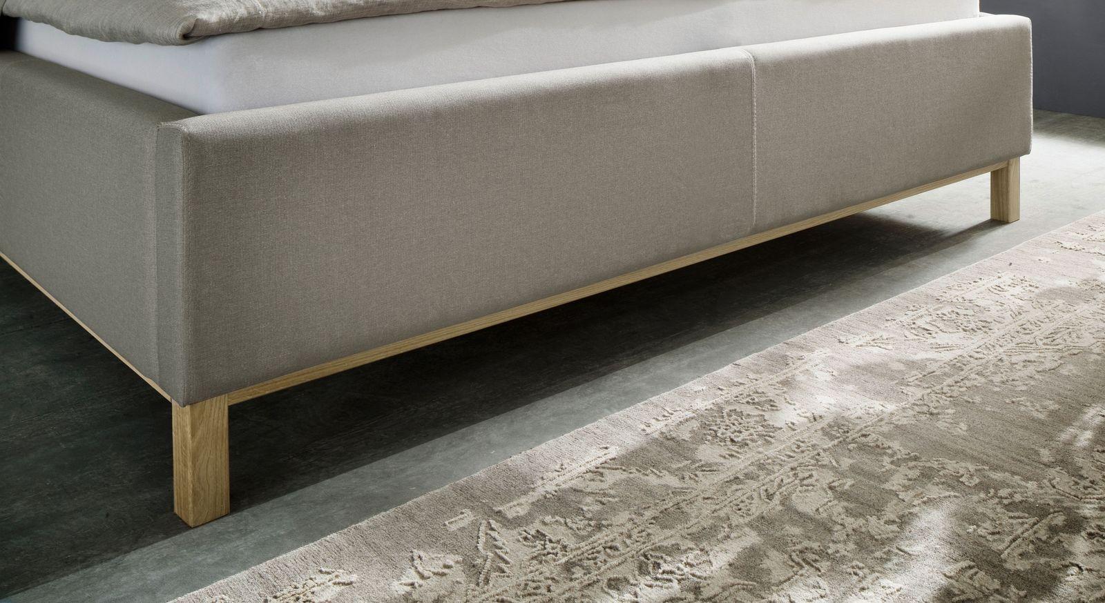 Bett Niebla mit Bettbeinen und Leisten aus Massivholz