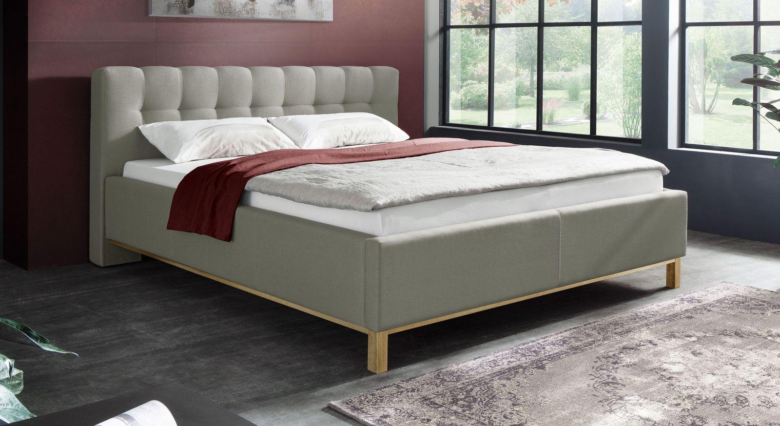 Bett Niebla mit Unterleisten und Füßen aus Holz