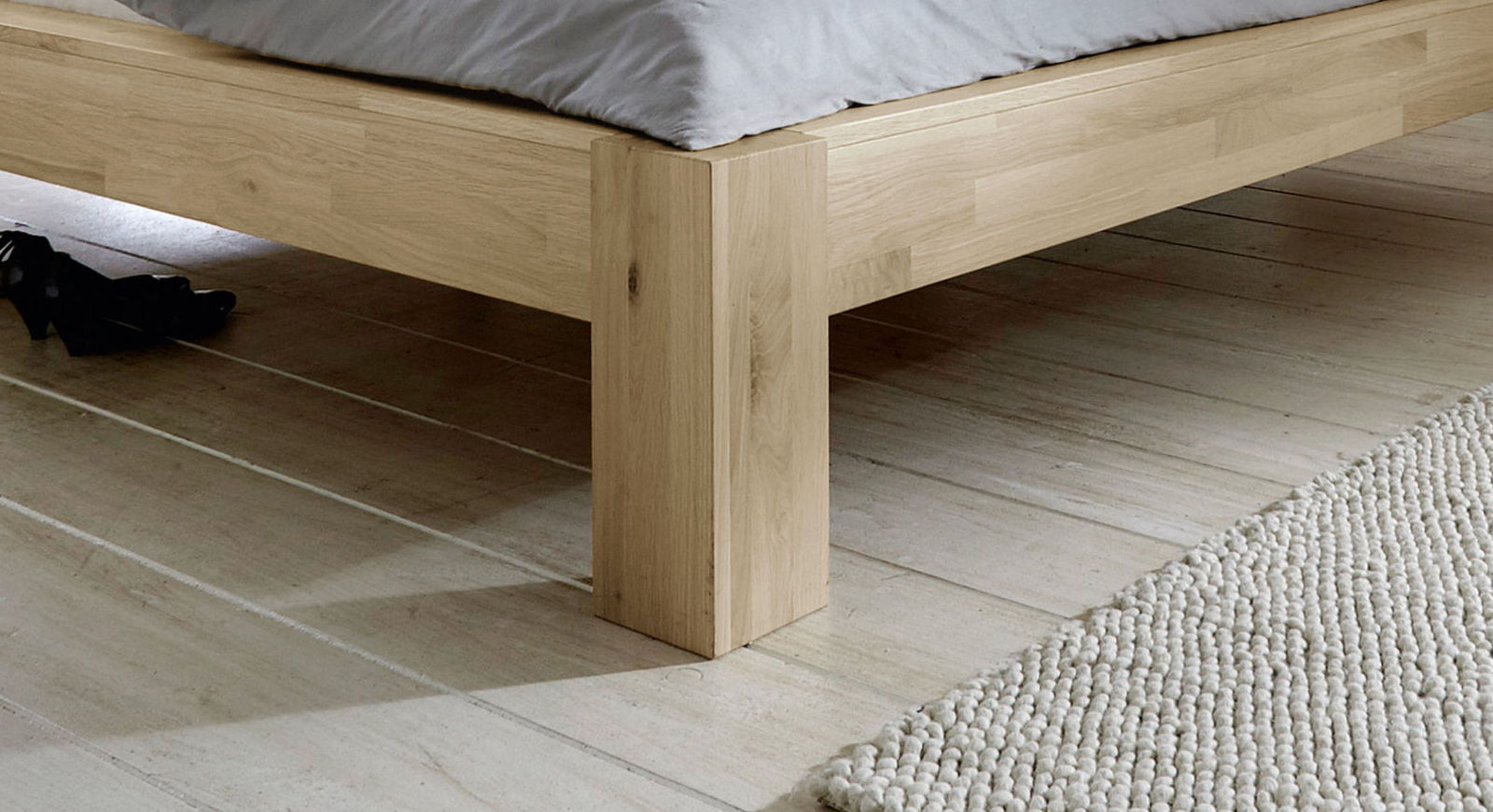 Bett Nino mit massiven Holzfüßen
