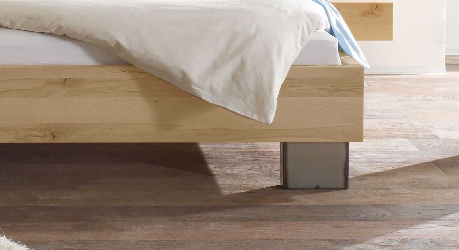 Bett Paleo mit massiven Metallfüßen